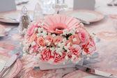Pink flower arrangement on table — Foto de Stock