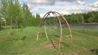 качели на берегу реки — Стоковое видео