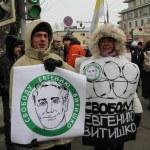Civil society activists Yevgeniya Chirikova and her husband Mikhail Matveev with a poster in support of Eugene Vitishko — Foto de Stock