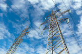 Poder linha e céu azul com nuvens — Fotografia Stock