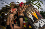 SARAWAK, MALAYSIA: JUNE 1, 2014: Musicians from the Bidayuh tribe, an indigenous native people of Borneo plays the drums in a street parade celebrating thanksgiving day, known as the Gawai festival. — Foto Stock
