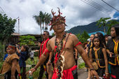 SARAWAK, MALAYSIA: JUNE 1, 2014: People of the Bidayuh tribe, an indigenous native people of Borneo, in traditional costumes, take part in a street parade to celebrate the Gawai Dayak festival. — Foto de Stock