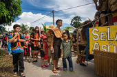 SARAWAK, MALAYSIA: JUNE 1, 2014: People of the Bidayuh tribe, an indigenous native people of Borneo, in traditional costumes, take part in a street parade to celebrate the Gawai Dayak festival. — Stock Photo