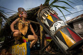 SARAWAK, MALAYSIA: JUNE 1, 2014: Musicians from the Bidayuh tribe, an indigenous native people of Borneo plays the drums in a street parade celebrating thanksgiving day, known as the Gawai festival. — Foto de Stock