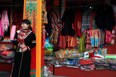 Tibetan girl sells tribal embroidery — ストック写真
