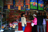 Tourists looking at Tibetan tribal — Stock Photo