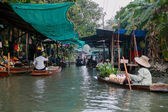 Thailand. Traders and shoppers fill the river — Stock Photo