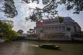 Tourist boat plies the Singapore River — Stock Photo
