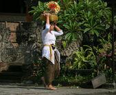 балийском женщина несет корзину — Стоковое фото