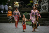 Balinese family carries of food baskets — Stock Photo