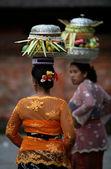 Balinese ladies carry fruit — Stock Photo