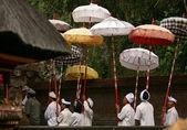 Balinese men carry umbrellas — 图库照片