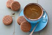 Šálek černé kávy a čokoládové sušenky — Stock fotografie