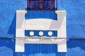 Zeď s bílou a modrou c — Stock fotografie