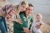 šťastná rodina na pláži — Stock fotografie