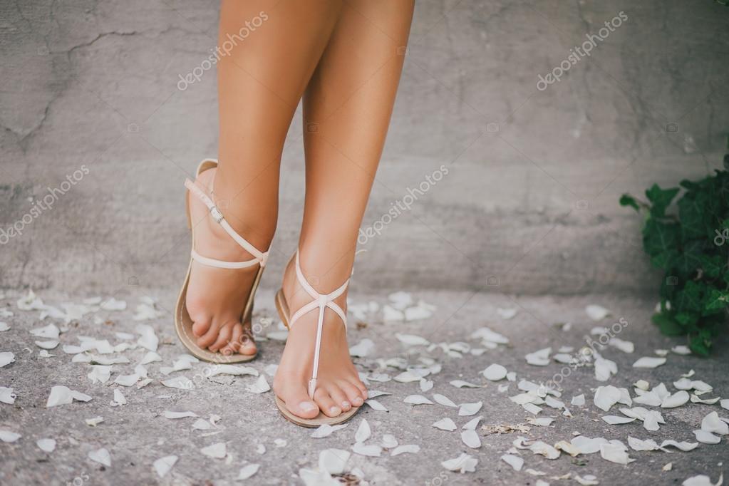 Фото роз на ногах у девушки