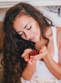 Portrait of woman eating redcurrant — Foto de Stock