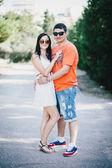 Gelukkige paar poseren in het park — Stockfoto