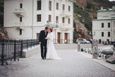 Just married couple walking in small cove — ストック写真