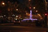 Straat met auto's en een paarse fontein — Foto Stock