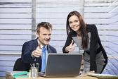 Hombre y mujer en la oficina dando pulgares — Foto de Stock