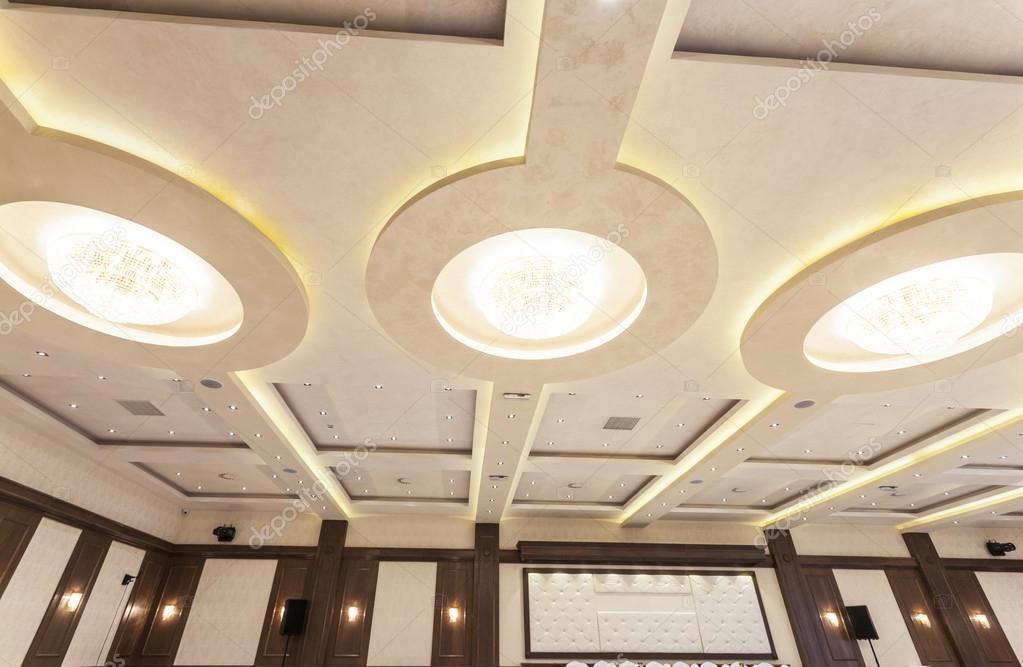 lampadari con led : perno moderno con lampadari a soffitto, luci e luci led ? Foto Stock ...