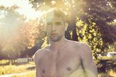 Retrato ao ar livre de um homem musculoso e bonito — Fotografia Stock