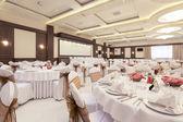 Head table for main guests in a banquet hall — Stock Photo