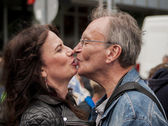 Unidentified senior couple kissing during Gay pride parade — Stock Photo