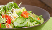 Arugula Salad with tomatoes, olives and parmesan — 图库照片