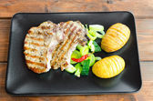 Grilled cutlet with vegetables and roasted potatoes — Stockfoto