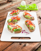 Brown bread with avocado, smoked salmon, boiled egg — Stockfoto