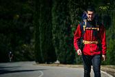 Junge reisende zu fuß unterwegs und genießen den schönen spaziergang — Stockfoto