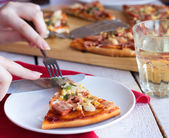 Eat pizza with a fork and knife — Стоковое фото