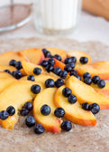 Process of preparing biscuits with peach and blueberry — Стоковое фото