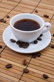 Kaffeetasse auf Bambusmatte — Stock Photo
