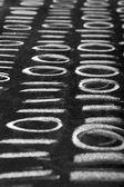Yazı tahtası üzerinde ikili kod — Stok fotoğraf