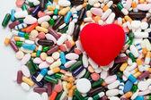 Corazón rojo en pastillas — Foto de Stock