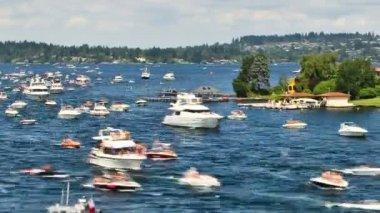 Panning boat traffic in Lake Washington. — Stock Video
