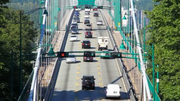Tráfico puente Lions Gate Bridge — Vídeo de stock