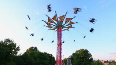 City fair yo-yo ride in action. — Stock Video