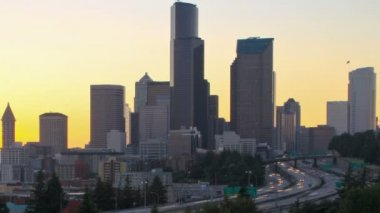 Seattle cityscape with I-5 traffic — Stok video