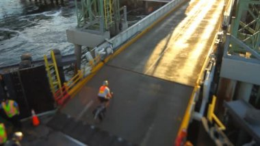 Bikes disembarking from Seattle ferry — Vídeo de stock