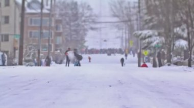 People sledding down hill in Seattle. — Stock Video
