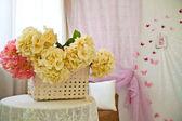 Canasta con flores — Foto de Stock