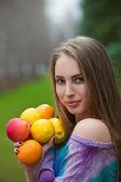 Kvinna med frukter — Stockfoto