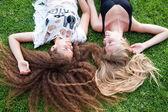 Dziewczyny, leżąc na trawie — Zdjęcie stockowe