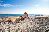 Mädchen mit Hund am Strand — Stockfoto