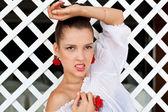 Mujer con pendientes y anillo — Foto de Stock