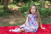 公園でピクニックを持つ美しい女の子 — ストック写真